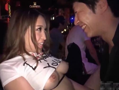 «観覧注意»バーで働く巨乳美人の店員がお客が飲んでる側で信じられないがSEXを始めてもう最高!«個人撮影»