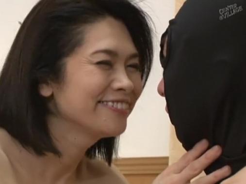 【近親相姦】マスクを被って変態行為を働く息子に母なる熟れた肉体で中出しさせる熟母!白山葉子