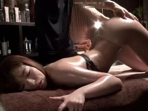 【盗撮】スタイル抜群な美人妻を媚薬オイルでマッサージすると欲情止まらずチ●ポを求めて寝取られSEX!