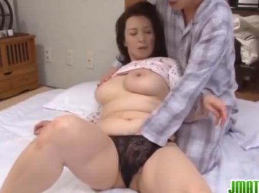 娘の夫である義息子と肉体関係にある淫乱な熟女のセックス!