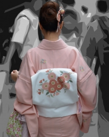 単色淡いピンクの和服美人