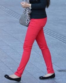 タイトな真っ赤なストレッチパンツ