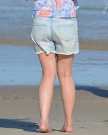 ビーチで遊ぶデニムのショートパンツ