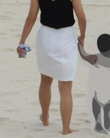 ホワイトスカートから透けるPライン