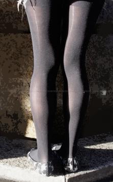 スレンダー美脚の黒タイツ