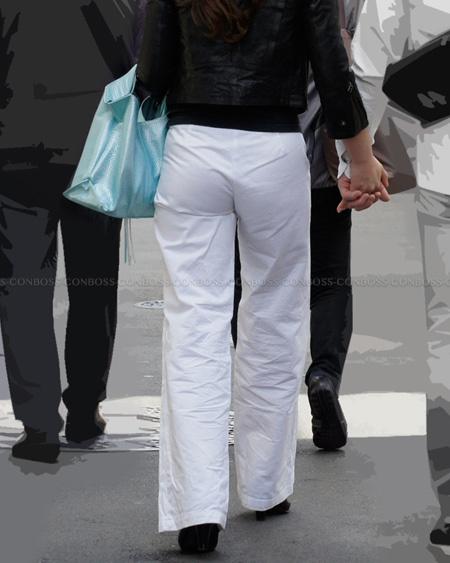 くっきり食い込むホワイトパンツ