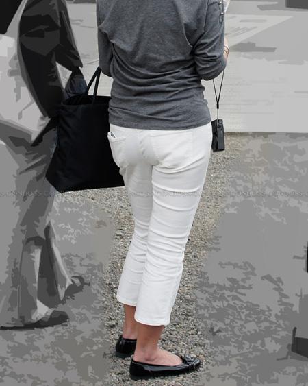 むっちりお尻に食い込むタイトなホワイトパンツ