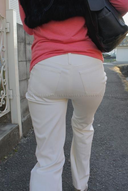 くっきりパンティラインが浮き出るタイトなホワイトパンツ