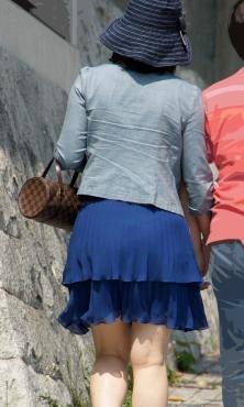 鮮やかブルーのヒラヒラミニスカート