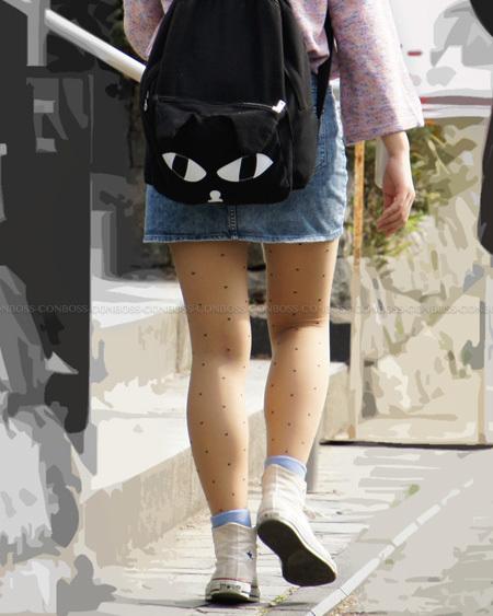 デニムのミニスカに履いたドット柄ベージュストッキング
