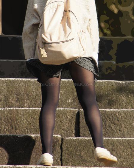 スカート捲れて黒タイツの裏ももチラ見せ