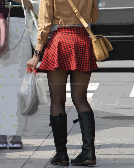 黒ストランガードをチラ見せさせるミニスカート