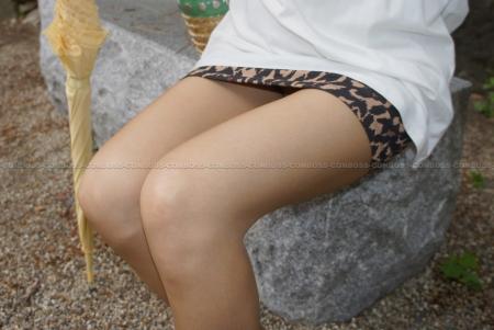 豹柄タイトなミニスカートとベージュストッキングを履くエッチなお姉さん