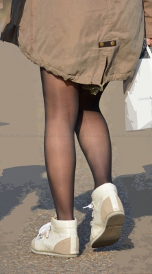 むっちり美脚の質感の良い光沢黒ストッキング