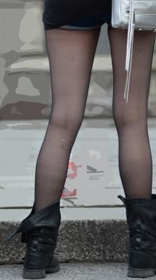 食い込みショートデニムのハミ尻黒ストッキング
