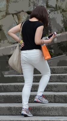 ラインが浮き出る薄手のホワイトパンツ