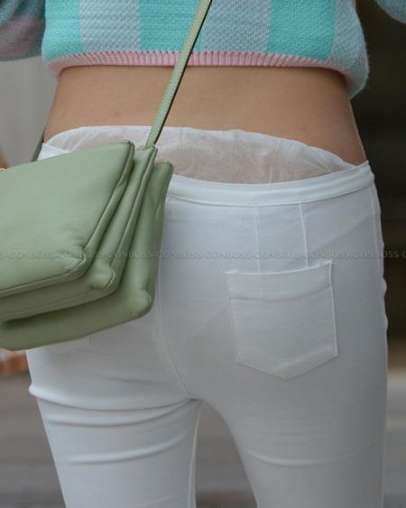 透けるしはみ出る薄手のホワイトパンツ