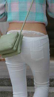 薄手ホワイトパンツから激しく透けるパンティ