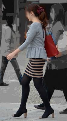 ミニスカ黒タイツのシルエットが美しい