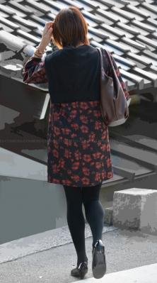 スレンダー美脚の厚手黒タイツ