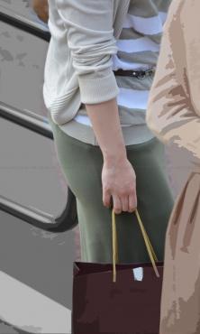 タイトスカートのむっちりヒップライン