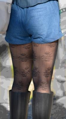むっちり美脚に履く黒の花柄ストッキング