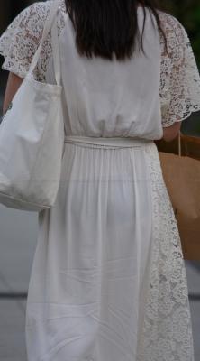 ホワイトスカートから黒P透けちゃった♪