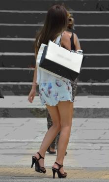 花柄ショートパンツを履いた生脚スレンダーな美脚!