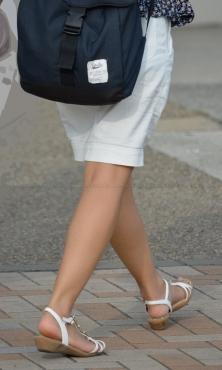 綺麗な地肌の生脚サンダル