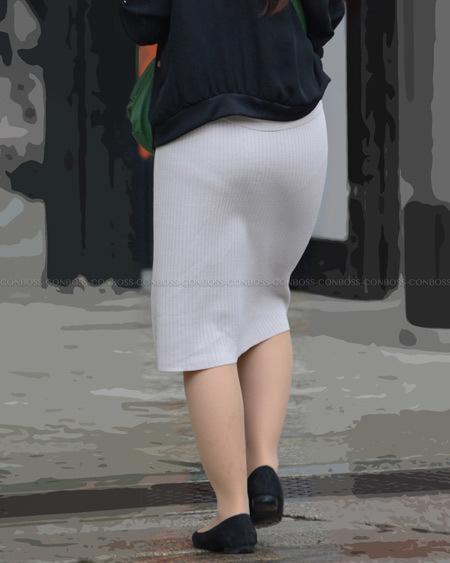 タイトで薄手なニットスカートのヒップライン