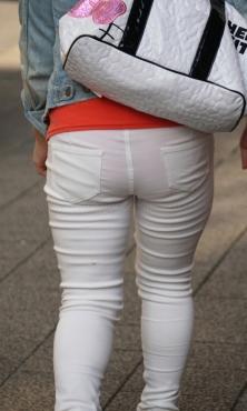 薄手ホワイトパンツの透けパン