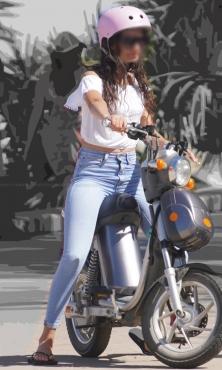 バイクにまたがるピチピチデニムパンツ