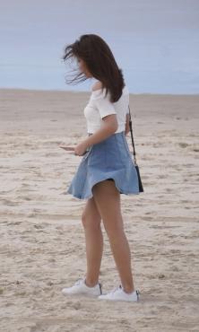 風に舞うヒラヒラデニムスカート