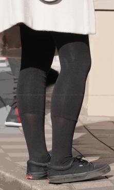 黒タイツとレギンスの重ね履きした美脚