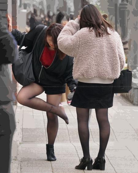むっちり美脚に履く質感の良い黒ストッキング