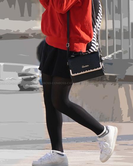 美脚シルエットが綺麗な光沢黒タイツ