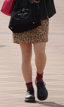 豹柄スカートにベージュストッキング