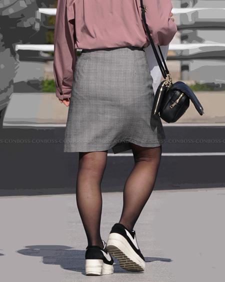 むっちり美脚に履いた黒ストッキングの美シルエット