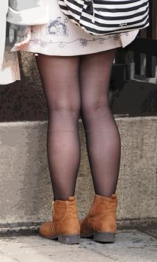 美脚に履いた質感の良い黒ストッキング