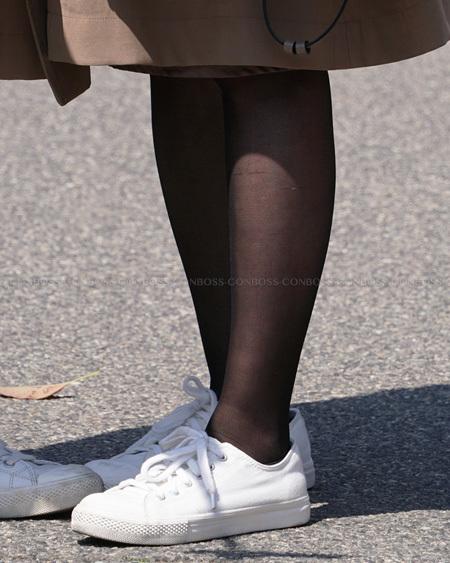 スレンダー美脚の黒ストッキング