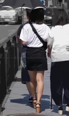 厚底サンダル履いた綺麗な生美脚