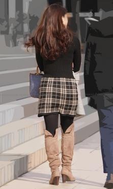 ツィードのタイトスカートに黒タイツ