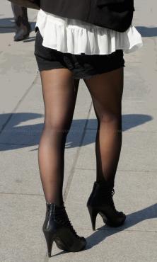 ブラックデニムのショートパンツに黒ストッキング