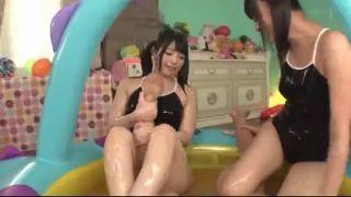 美人娘二人上原亜衣他がスク水姿でローションまみれで戯れるエロ動画