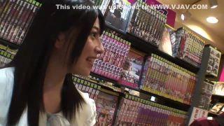 【上原亜衣】 個室ビデオでエロビデオを選んでいる素人を逆ナンパ!そのまま個室で密着セックス!