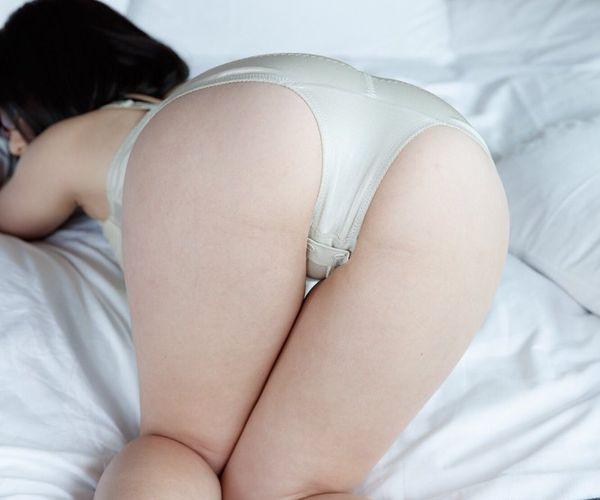 フルバックパンティを穿いたプリプリなお尻のエロ画像