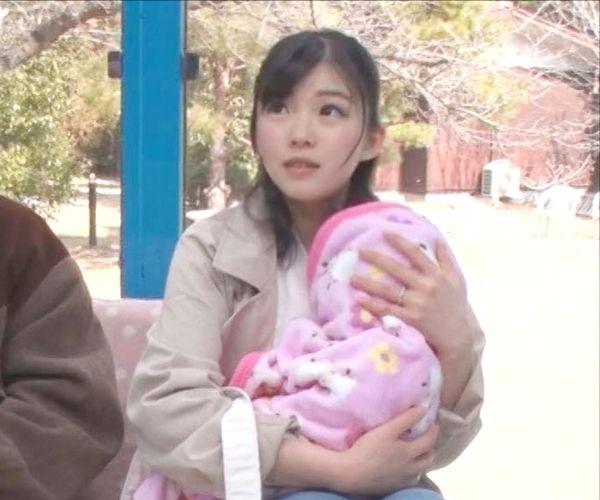 赤ちゃんを抱きながらAV撮影現場にやってきた可愛い人妻