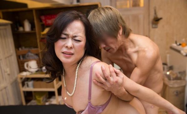 セックスレスで欲求不満な四十路妻が寝取られてるエロ画像80枚の006枚目