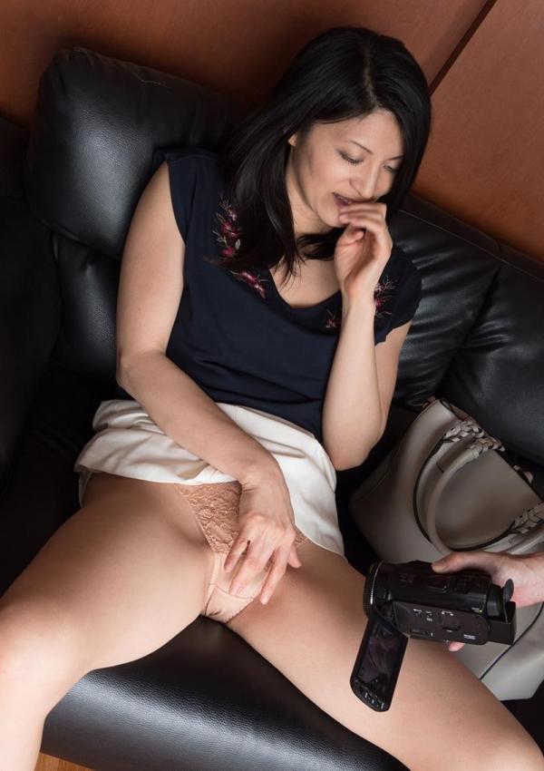 セックスレスで欲求不満な四十路妻が寝取られてるエロ画像80枚の058枚目