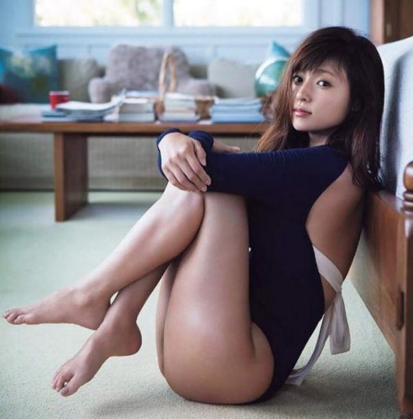 足首がキュッと細く締まった綺麗な脚のエロ画像60枚の024枚目